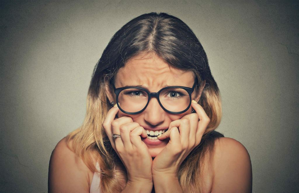 cómo daña a tus dientes morderte las uñas